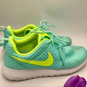 Nike women's Roshe Run running shoes green size 6